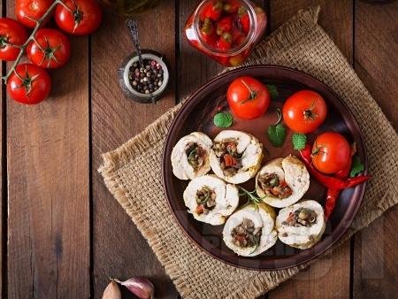 Пилешки рулца от филе пълнени с мариновани сушени домати и гъби печурки - снимка на рецептата
